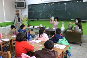 講師正在對學生示範講解豆漿、豆花與豆腐的製作原理