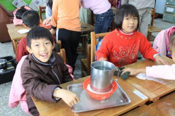 蕉埔學生開心完成豆腐的壓製,等待水分過濾中