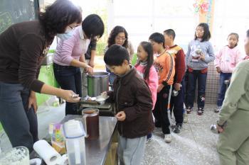 學生開心排隊領取豆花與特調糖漿