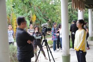 公視郭記者採訪參加收割活動的台中女中學生